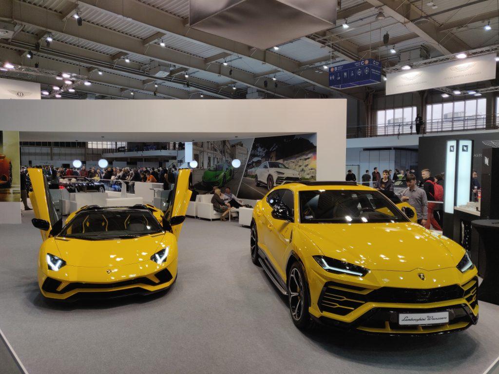 Lamborghini Aventador S Roadster (gauche) _ Lamborghini Urus (droite)